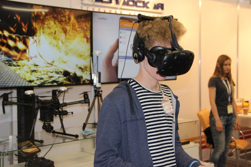 -помощью-VR-шлема-можно-попасть-в-виртуальную-шахту-800x533