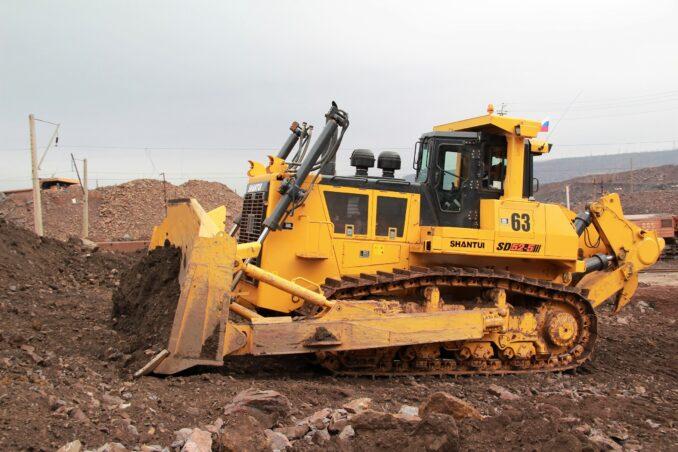 buldozer-vesom-pochti-70-tonn-povysit-effektivnost-gornyh-rabot-mihajlovskogo-goka-678x452